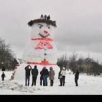 Латвийцы вылепить 8-метрового снеговика со смотровой площадкой