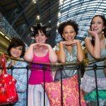 Девушки в пижамах валялись на кровати посреди вокзала