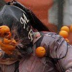 Итальянцы вышли на ежегодную апельсиновую битву. ВИДЕО