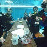 Дайверы 36 часов играли в карты под водой