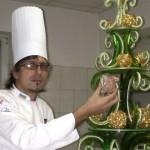Ужгородский кондитер создал елку из карамели