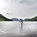 Британский подросток проехал озеро на велосипеде