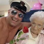 На 100-летний юбилей бабушка заказала мужской стриптиз